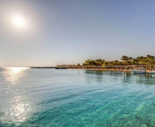Сімейний відпочинок на березі Червоного моря